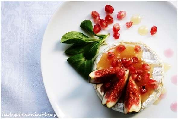 camembert z figami i miodem